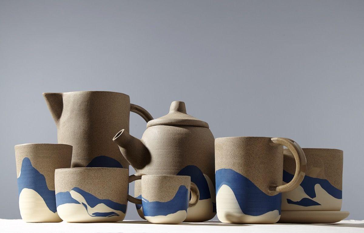 varias piezas de cerámica de helen levi