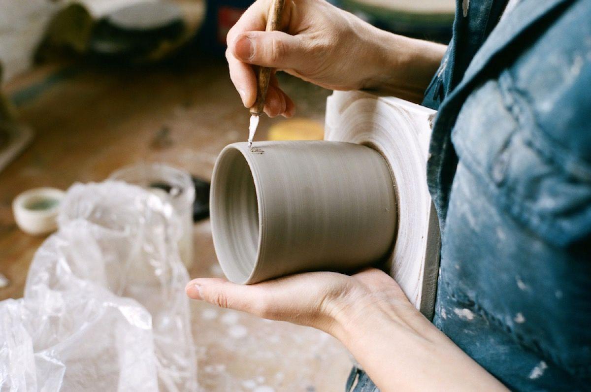 hele levi trabajando la ceramica