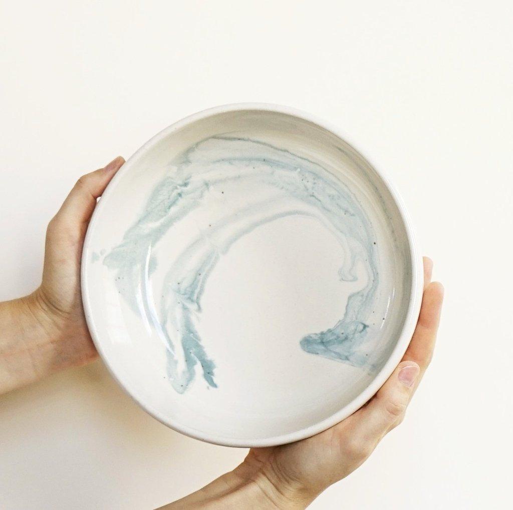plato de cerámica oceano con remolino de helen levi