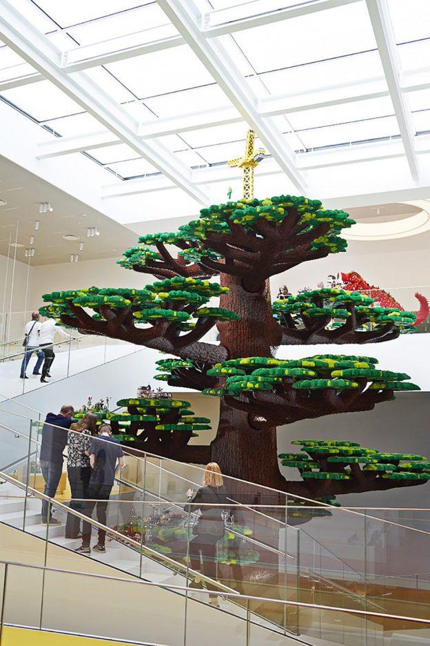 arbol de la creatividad de 15 metros de alto en lego house