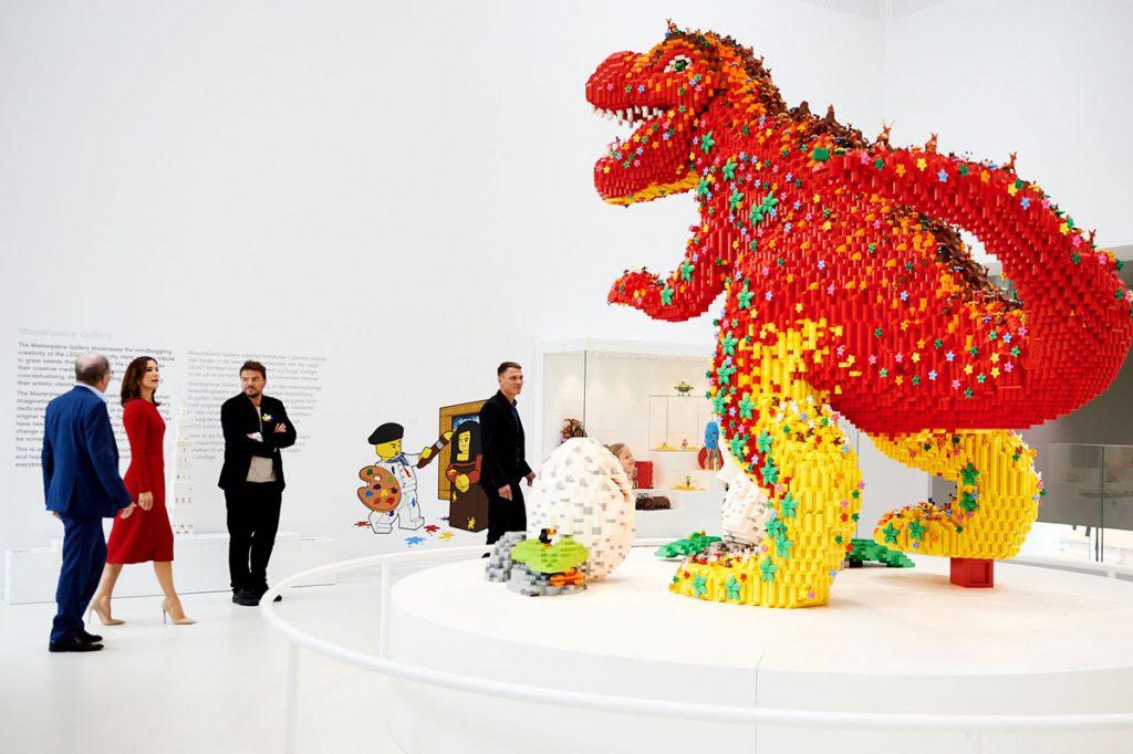 dinosarurio en color rojo en Lego House
