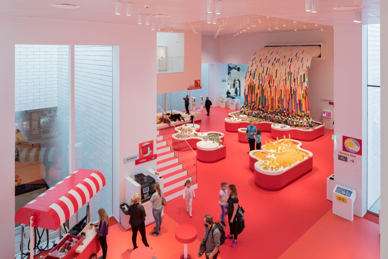 sala roja de lego house que fomenta la creación