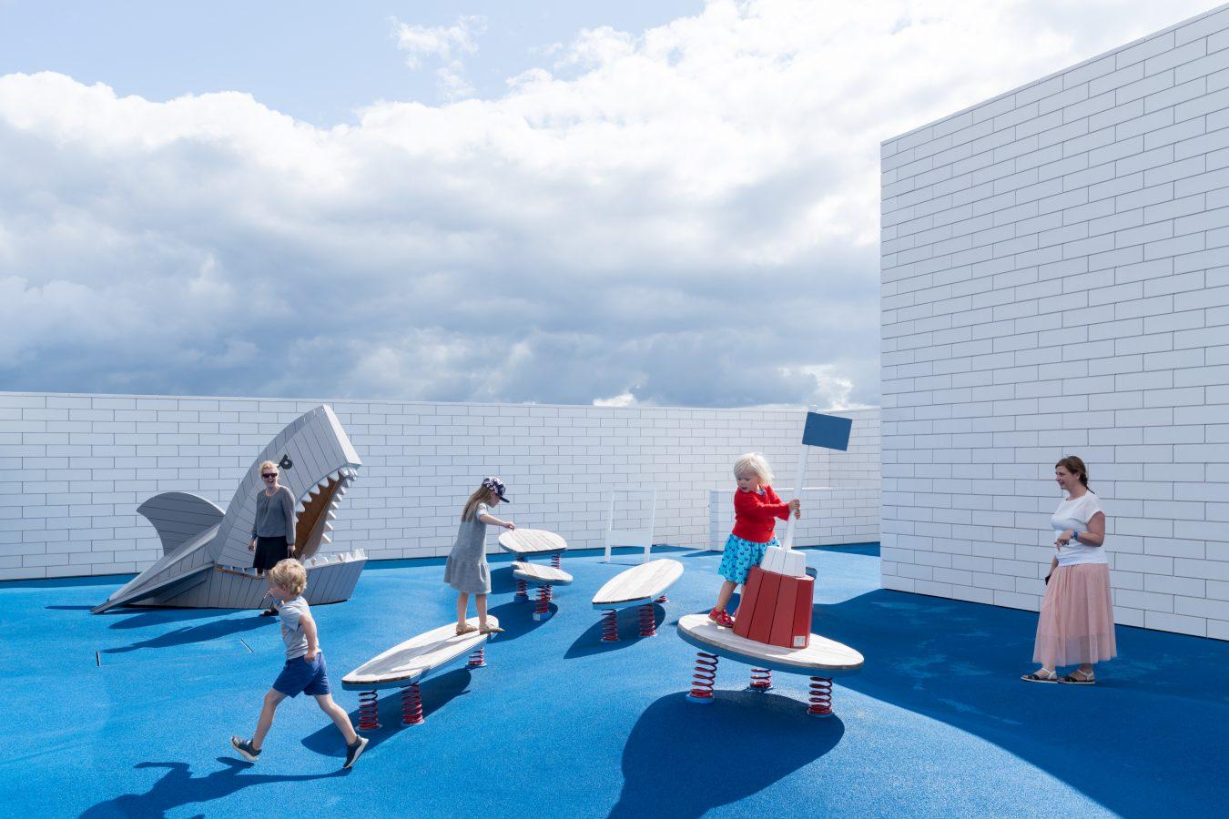 terrazas equipadas con diferentes juegos para los niños