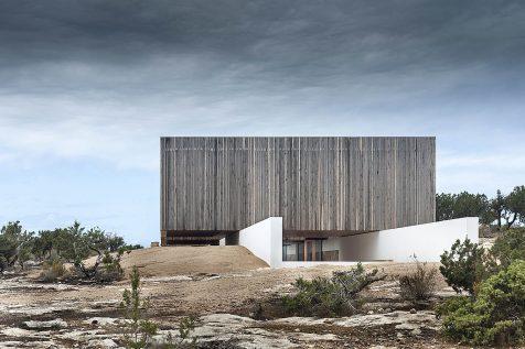 Bosc d'en Pep Ferrer surge de la roca como vigía contemporáneo de la costa de Formentera