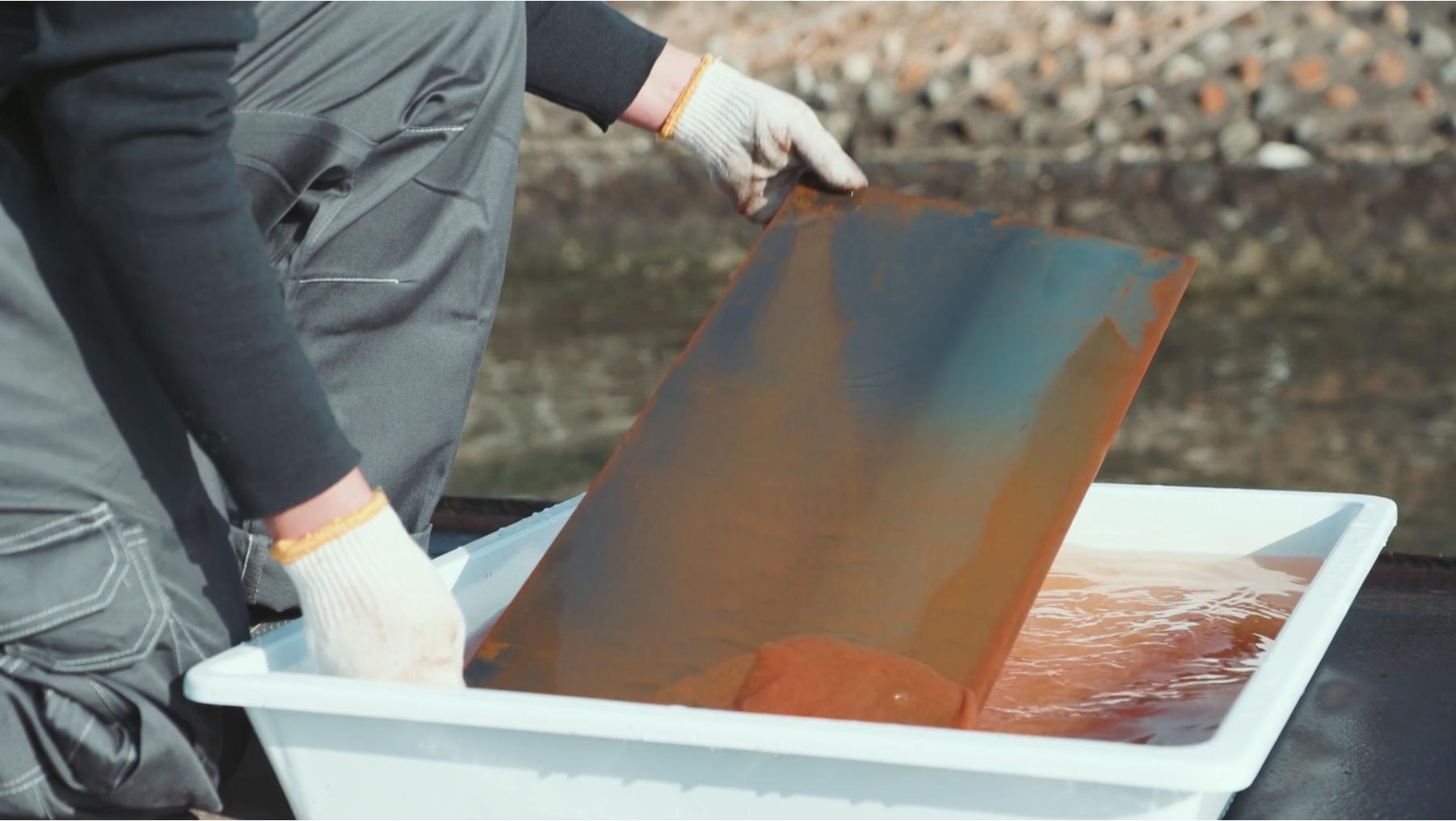 placa expuesta al agua de mar para provocar óxido