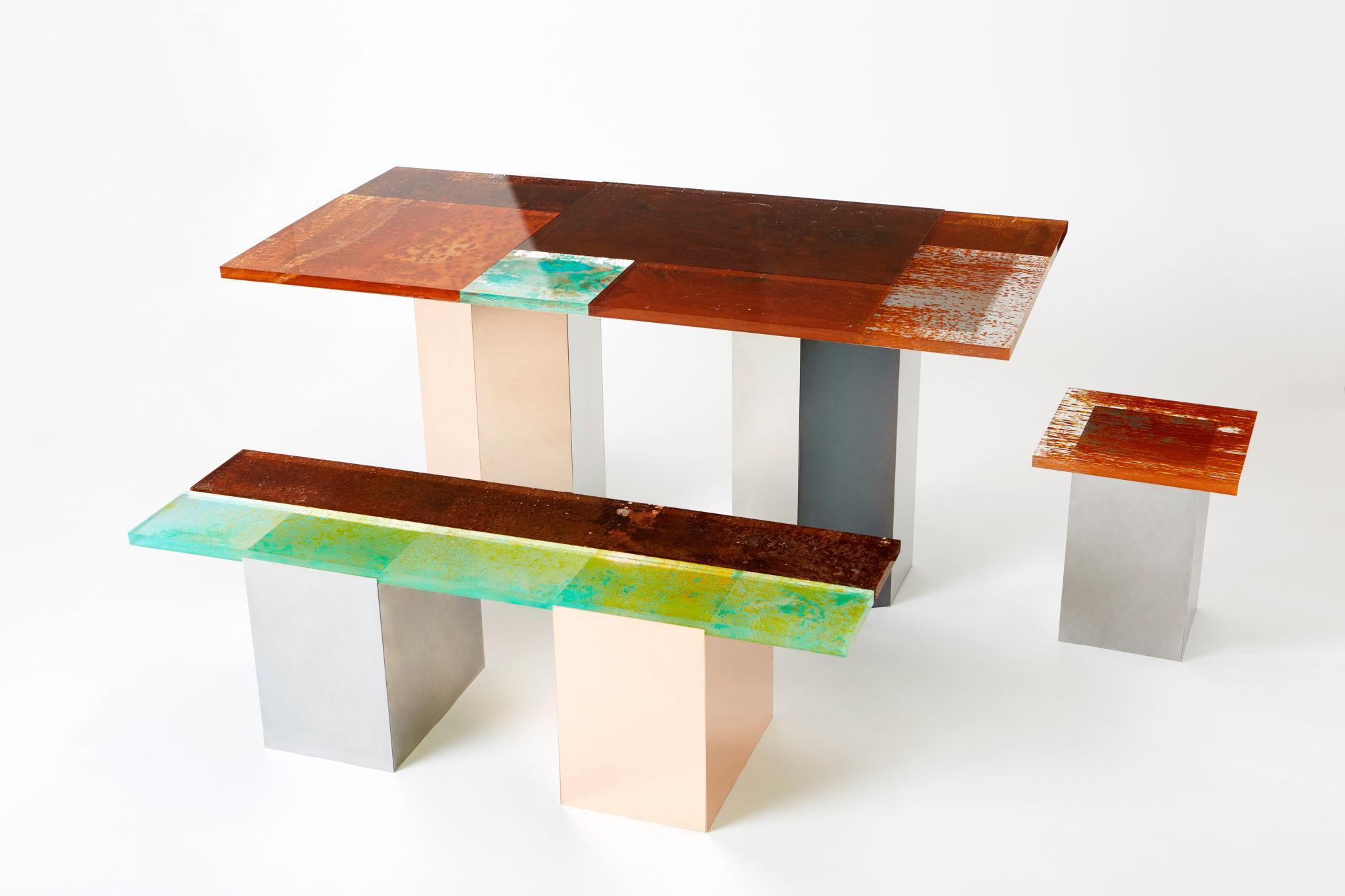 mesa y banco del proyecto Rust Harvest del japones Yuma Kano