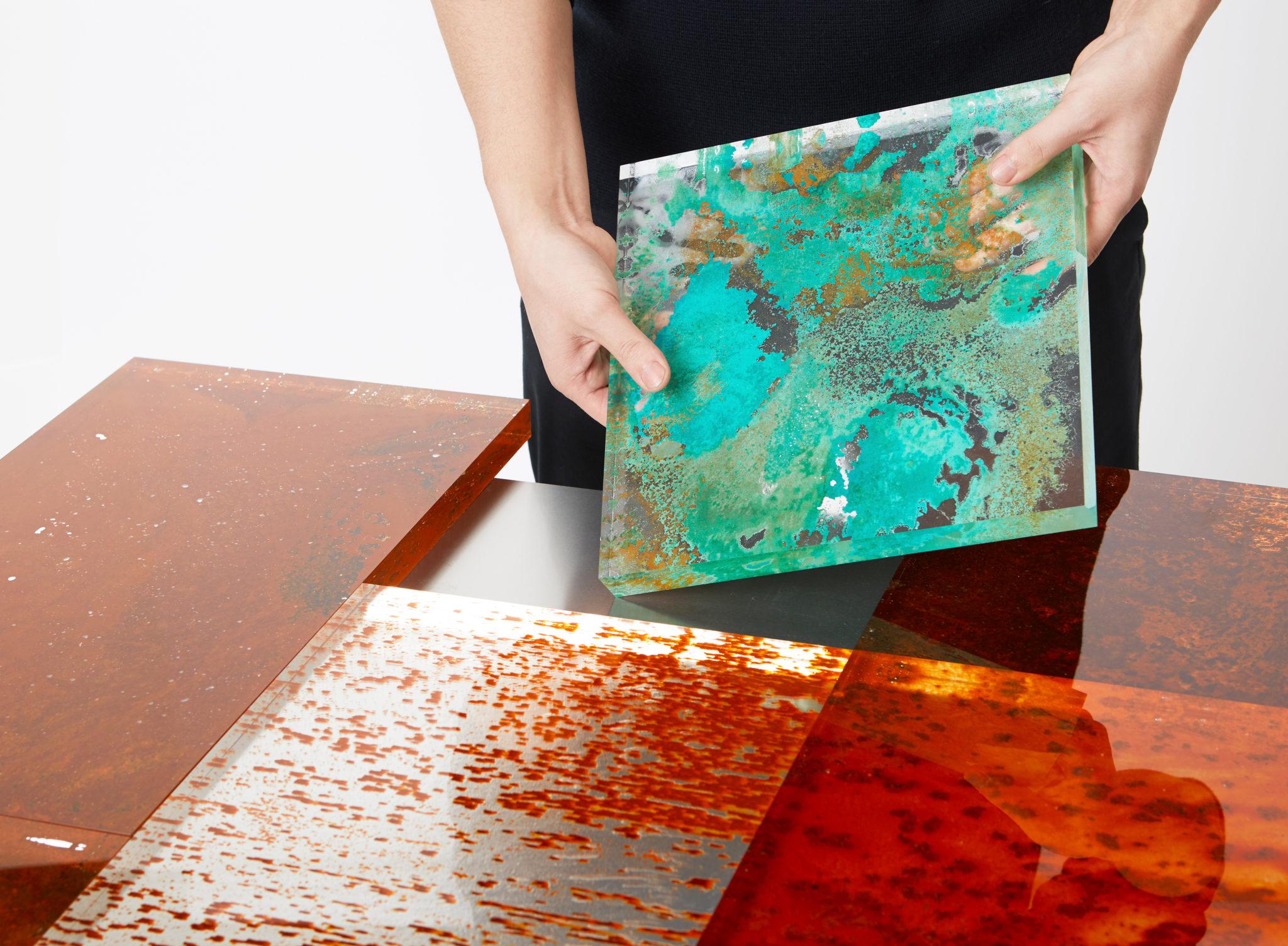 planchas de diversos colores en el montaje de la mesa