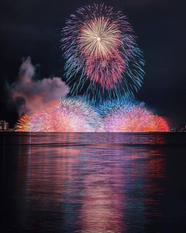 fotografia de keisuke de los fuegos artificiales de japon