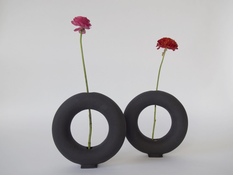 jarrones en negro antracita diseñados por valeria vasi