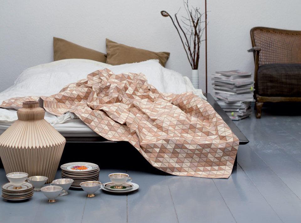 manta de madera en tonos marrones creada por Elisa Strozyk