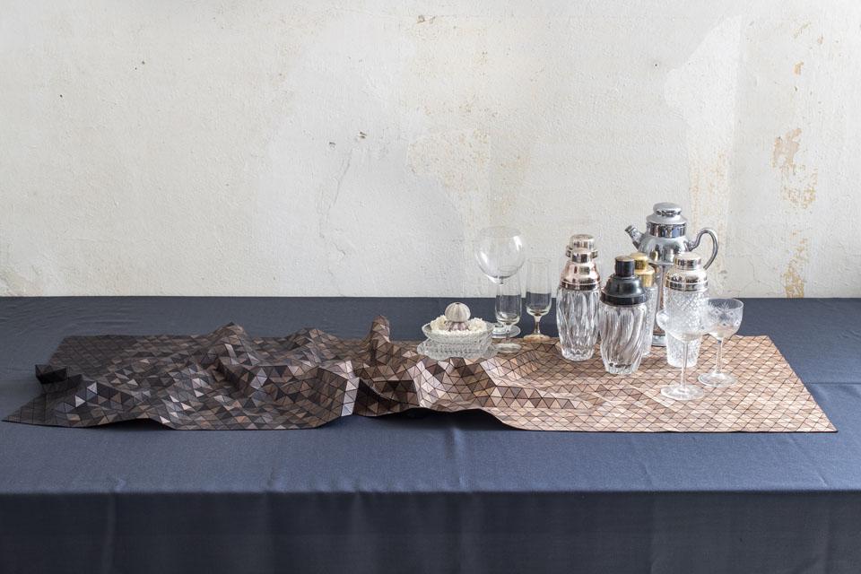 detalle del mantel de madera de la diseñadora Elisa Strozyk