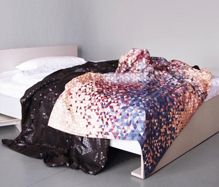 mantas de madera en varios colores creadas por Elisa Strozyk