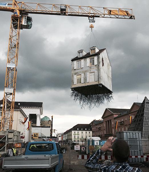 instalacion Pulled by the Roots» una casa arrancada de su entorno nos muestra sus raíces orgánicas