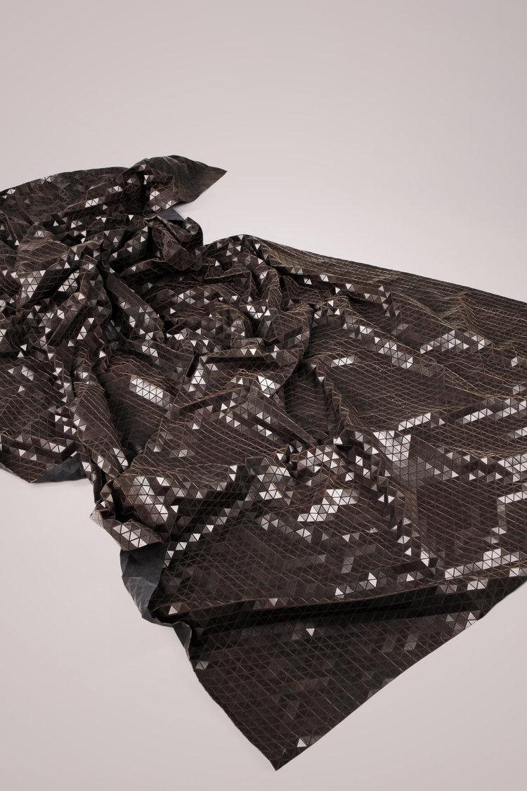 manta de madera negra de Elisa Strozyk