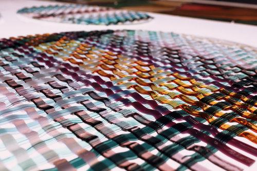 detalle de cristal multicolor entrelazado como si fuera una trama textil