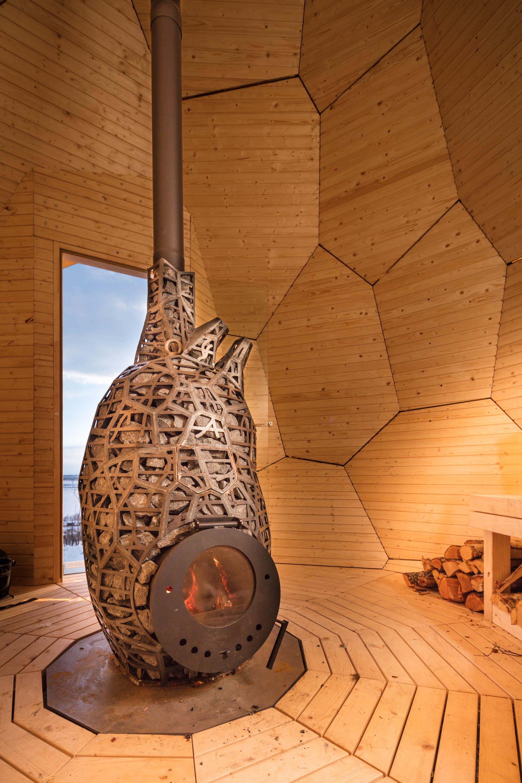 estufa central de hierro y piedra con forma de corazón