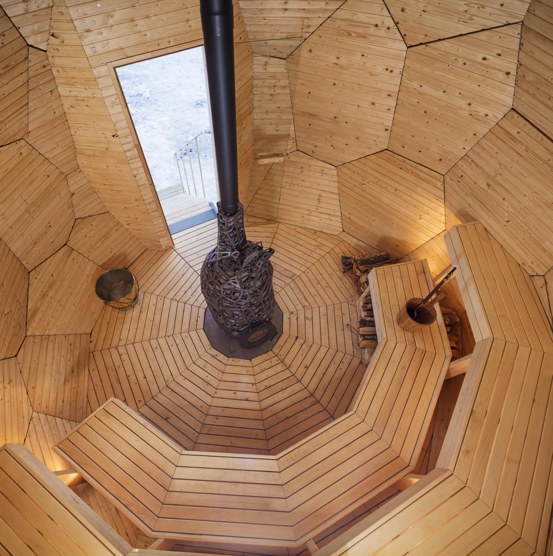 vista general del interior de solar egg con bancos de madera de álamo
