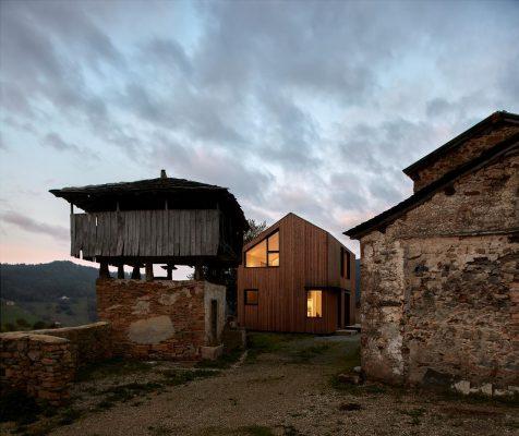 Extraños en el paraíso: una casa modular asturiana con el sello de Baragaño