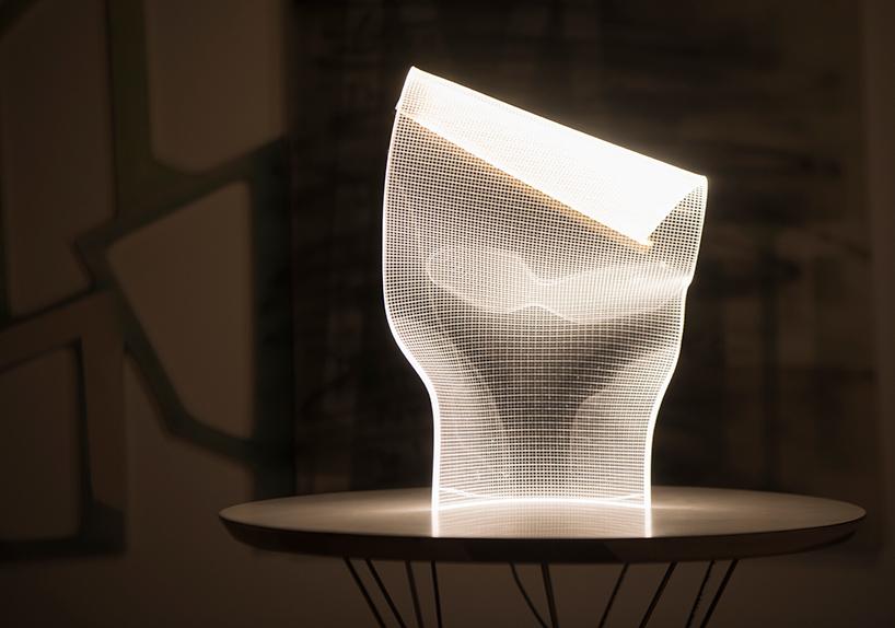 lampara sobre mesa diseñada por Alexander Josephson