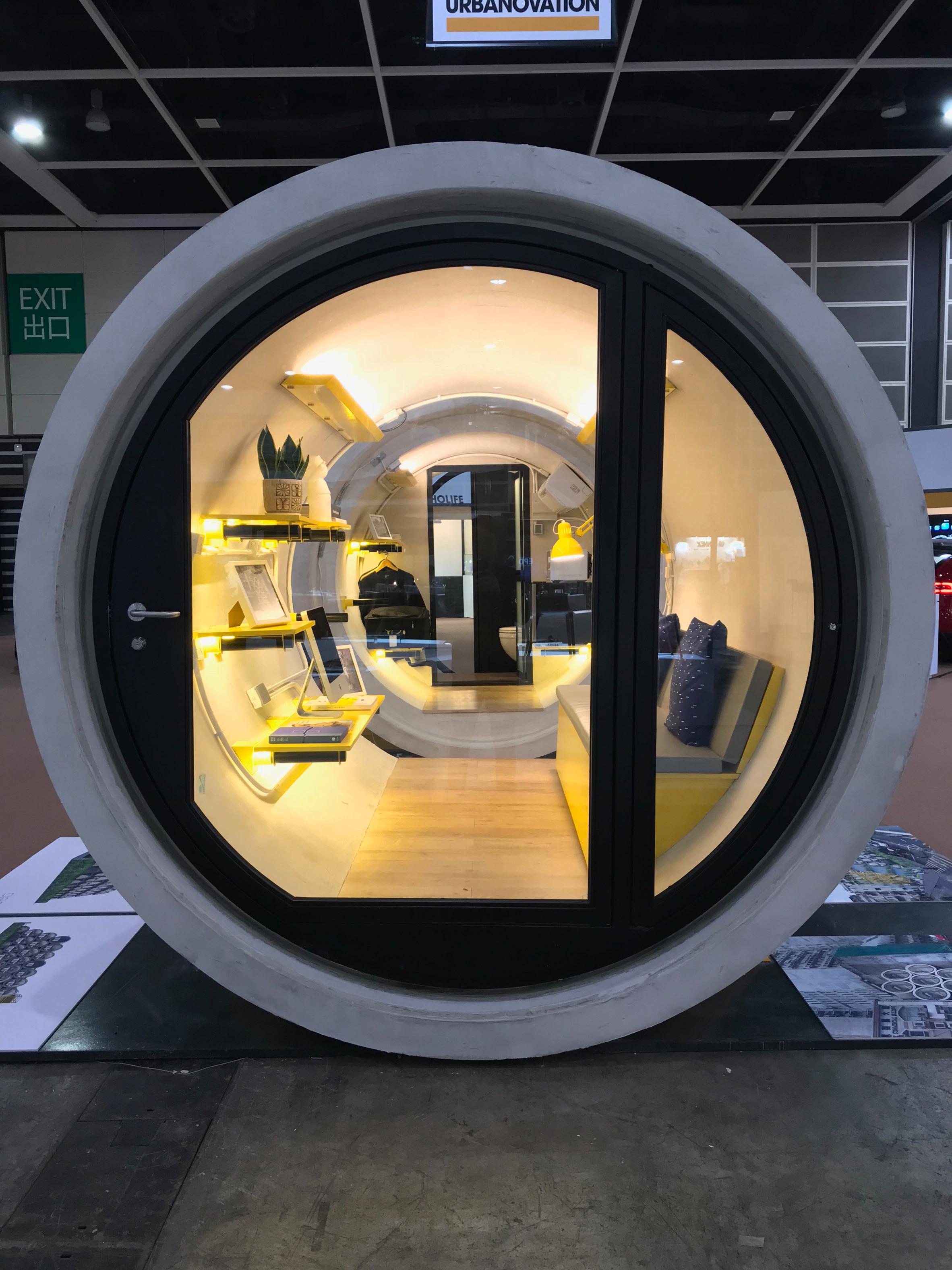 puerta de acceso a la capsula construida en un tubo de hormigon