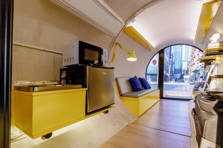 espacio de cocina dentro de la capsula de hormigon de James Law Cybertecture