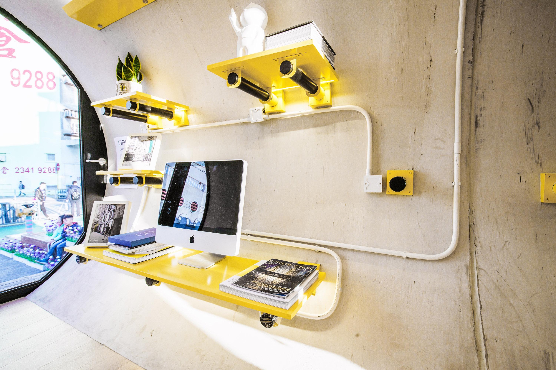espacio de trabajo dentro de la capsula de hormigon de James Law Cybertecture