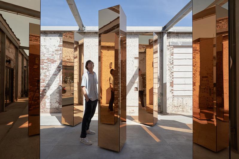 detalle de los visitantes reflejandose en las columnas