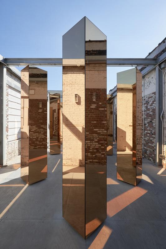 detalle de los reflejos en la columna de la instalación