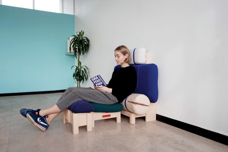 modelo basic desk en posicion sentado diseñado por geoffrey pascal