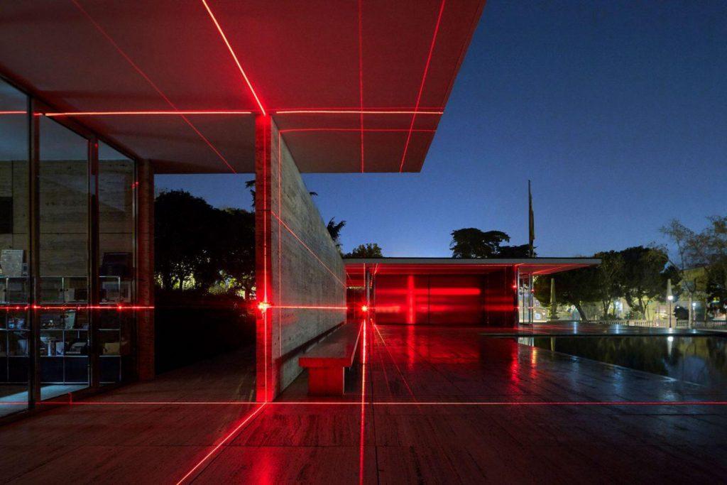 instalación inmersiva de luz y sonido en el pabellon de mies van der rohe