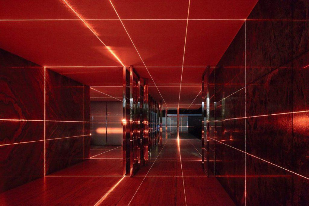 proyección de láseres rojos por todo el edificio