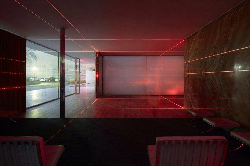 espectáculo de láseres rojos combinados dentro del pabellón