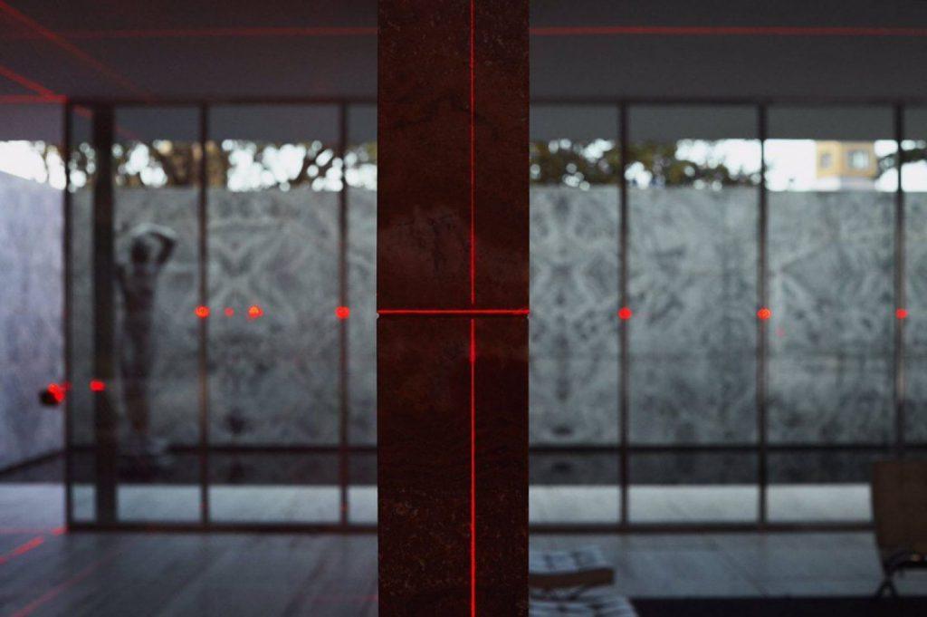 detalle de la iluminación de láseres rojos sobre paredes, suelo y cristales