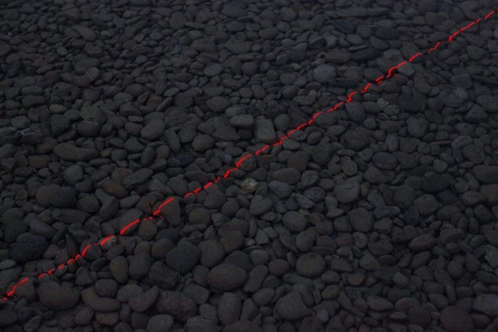espectáculo de láseres rojos sobre el agua