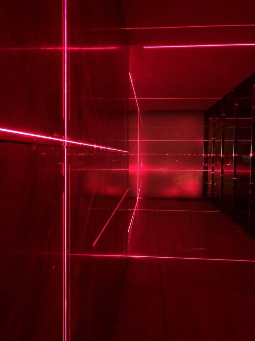 multitud de rayos de laser rojo van cambiando de forma continua la iluminacion