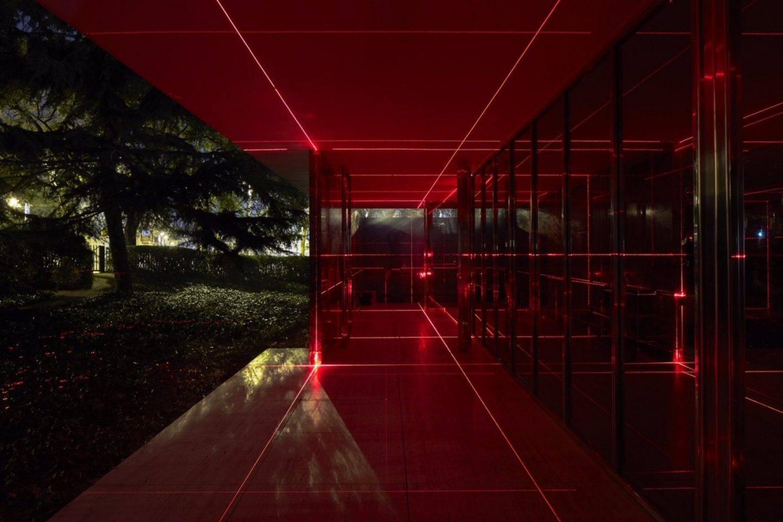 La luz de los láseres acentúa las marcadas líneas rectas tan propias del arquitecto alemán