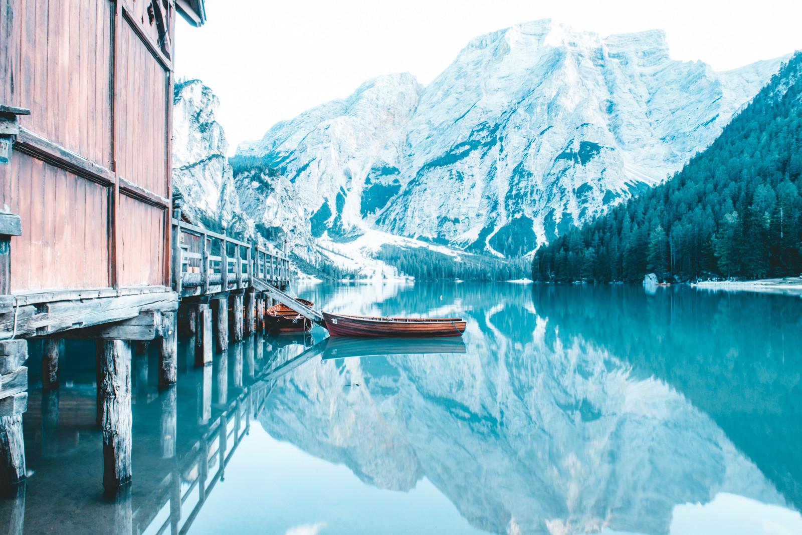 aguas esmeralda en el lago braies fotografia de paolo pettigiani