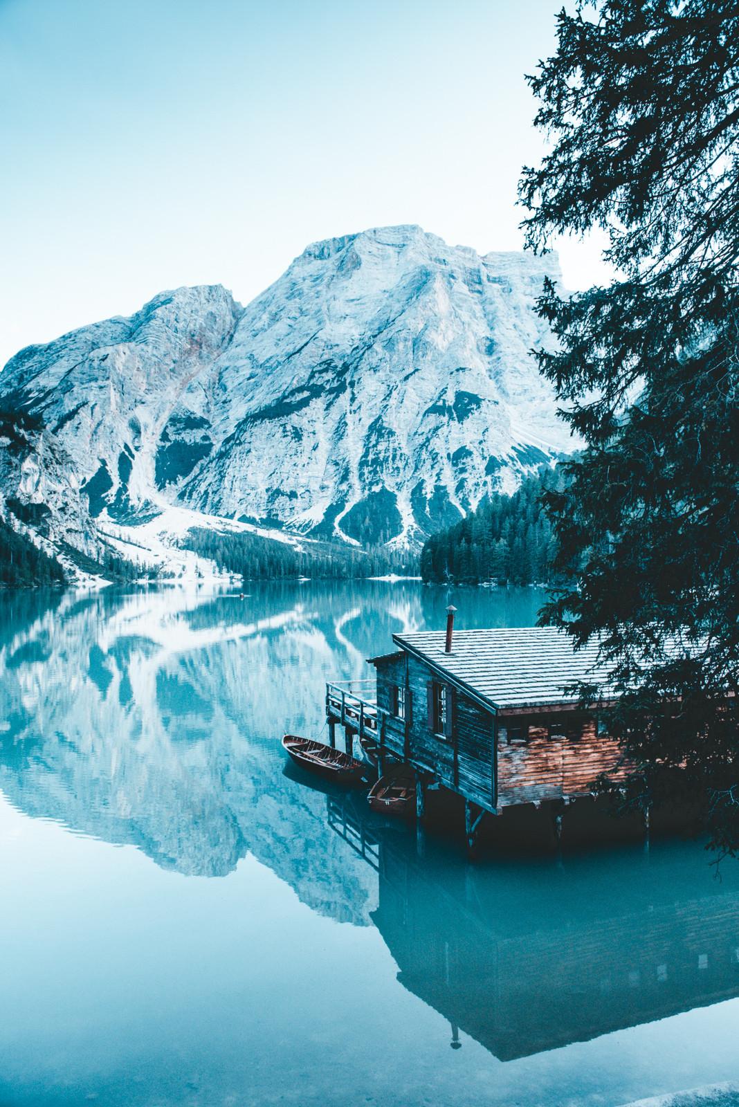 aguas esmeralda viran a tonos gelidos en el lago braies fotografia de paolo pettigiani