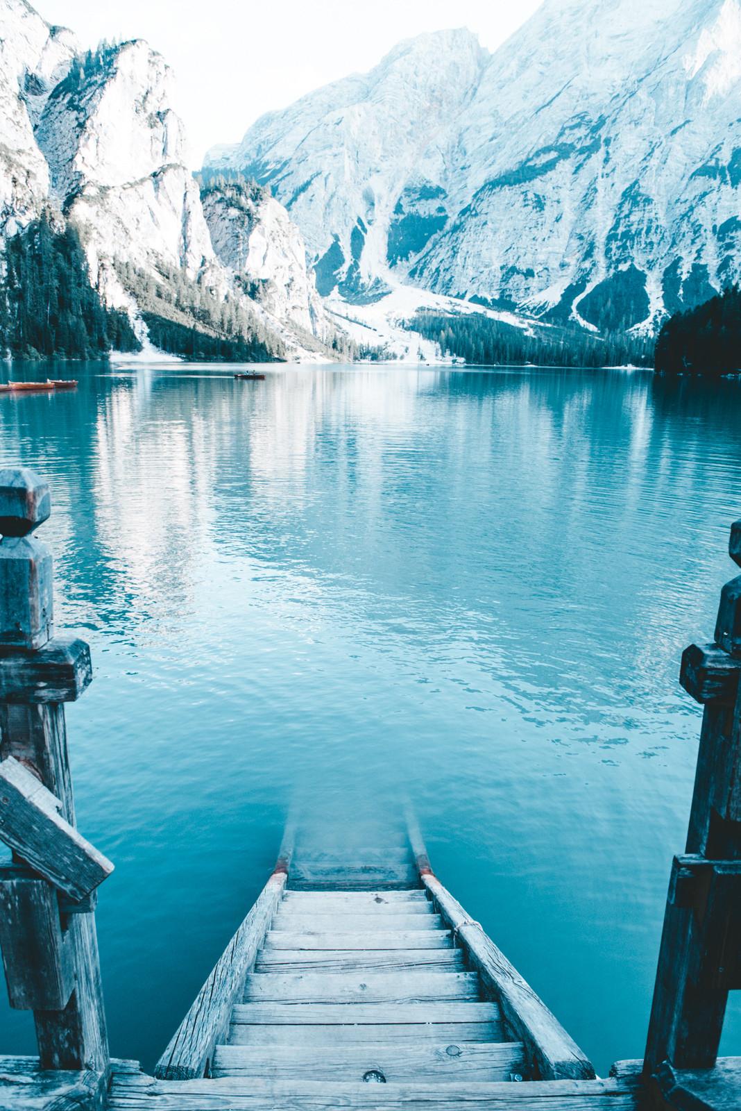 reflejo amable del sol sobre la medera en el lago di braies fotografia de paolo pettigiani