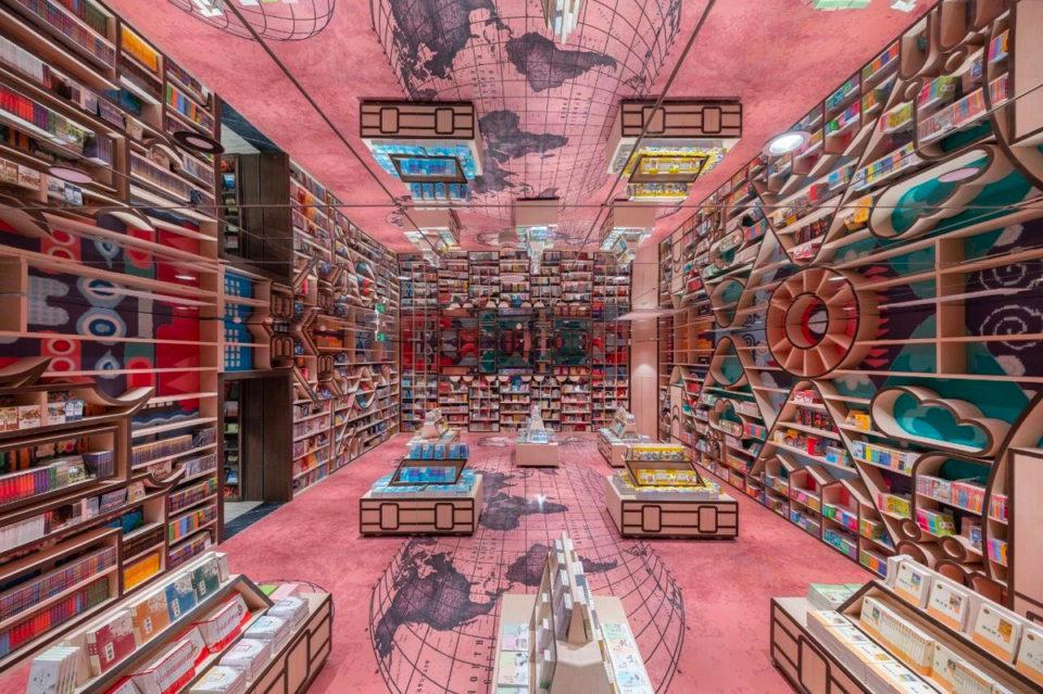 zona infantil llena de colorido y juegos de madera de la libreria Zhongshuge