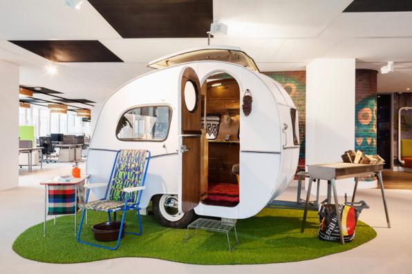 caravana de los años 60 que sirve de sala de reuniones informal en Ámsterdam