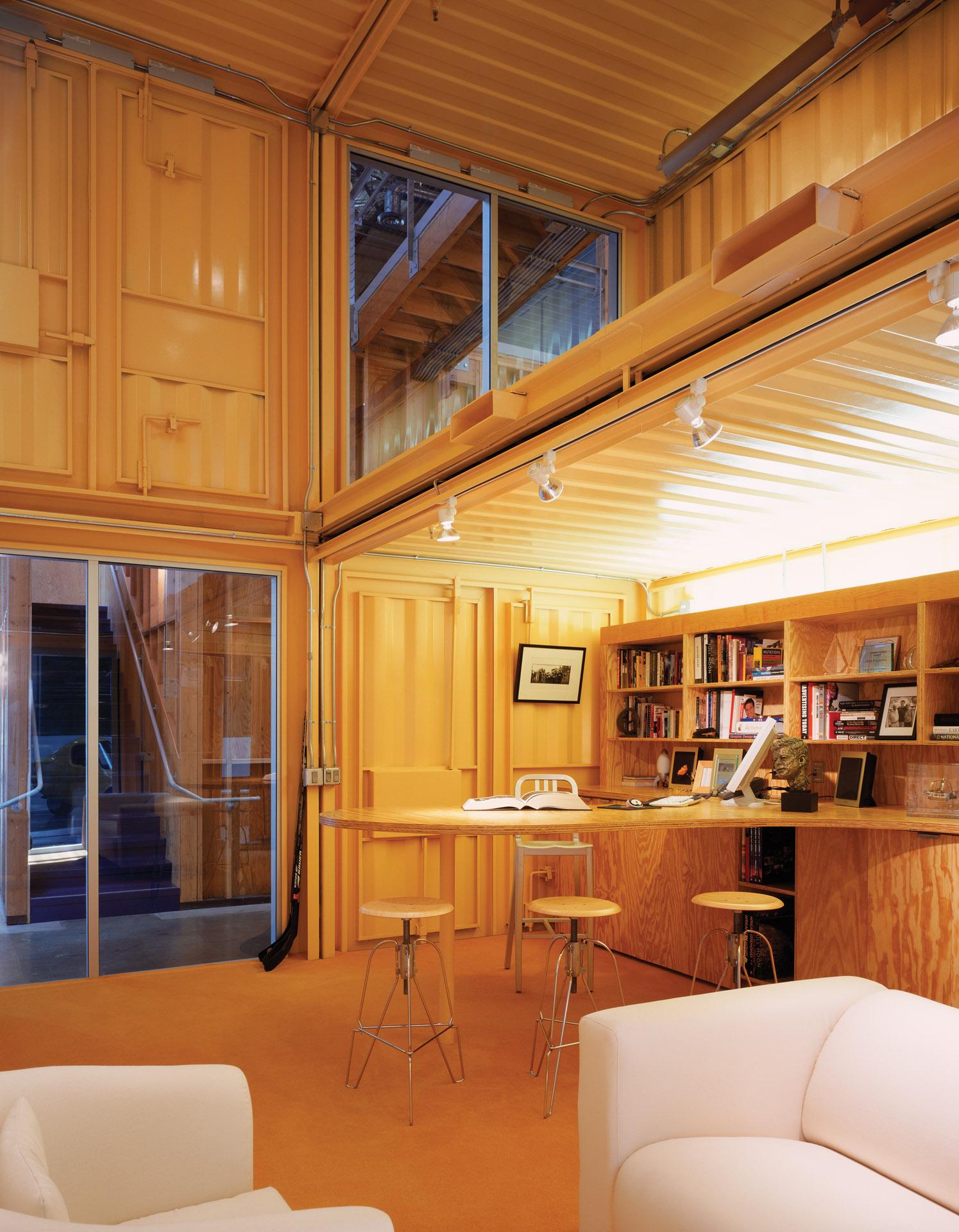 interior de las oficinas creada con contenedores marítimos por Clive Wilkinson Architects