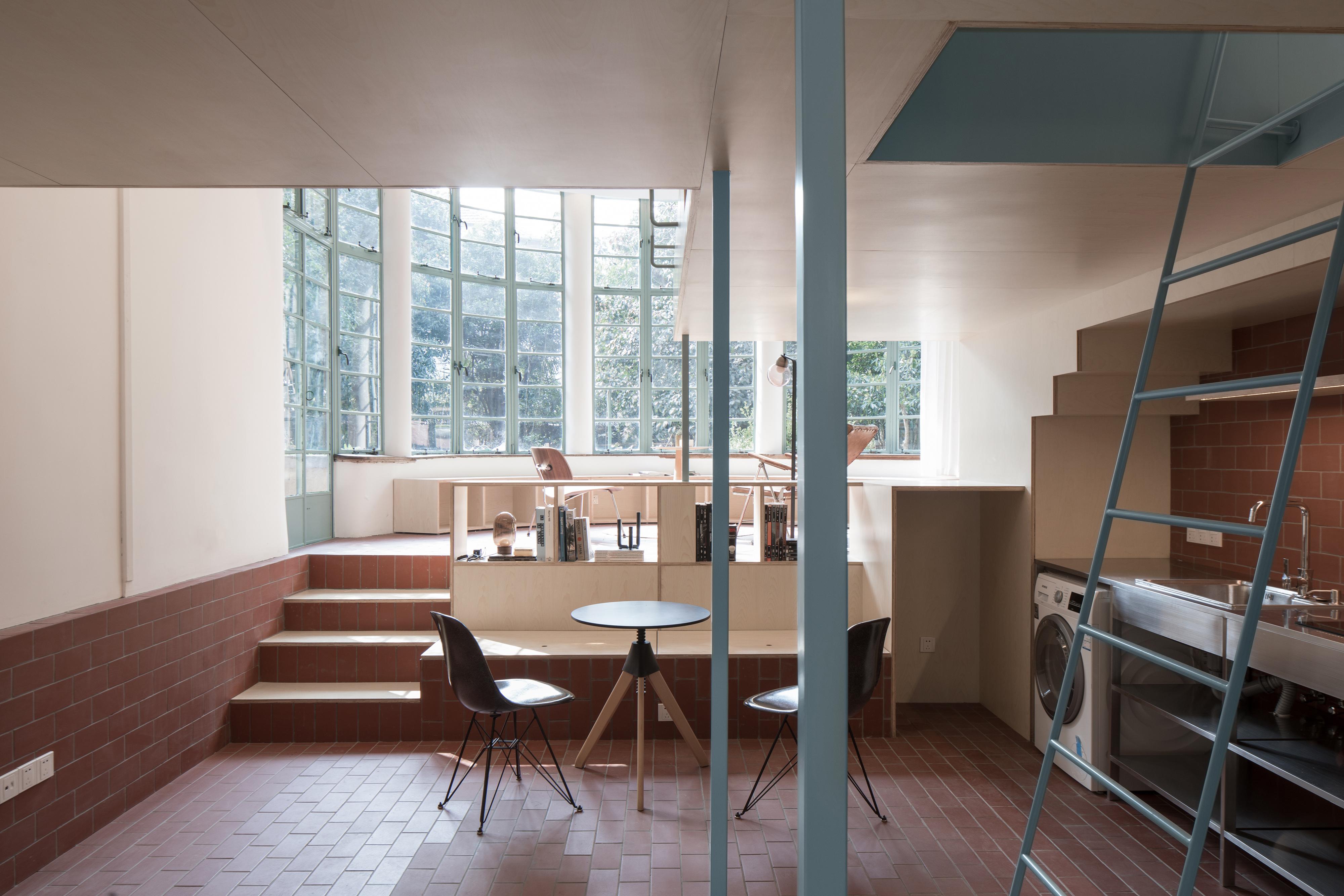 madera contrachapada de arce que divide el espacio en dos niveles