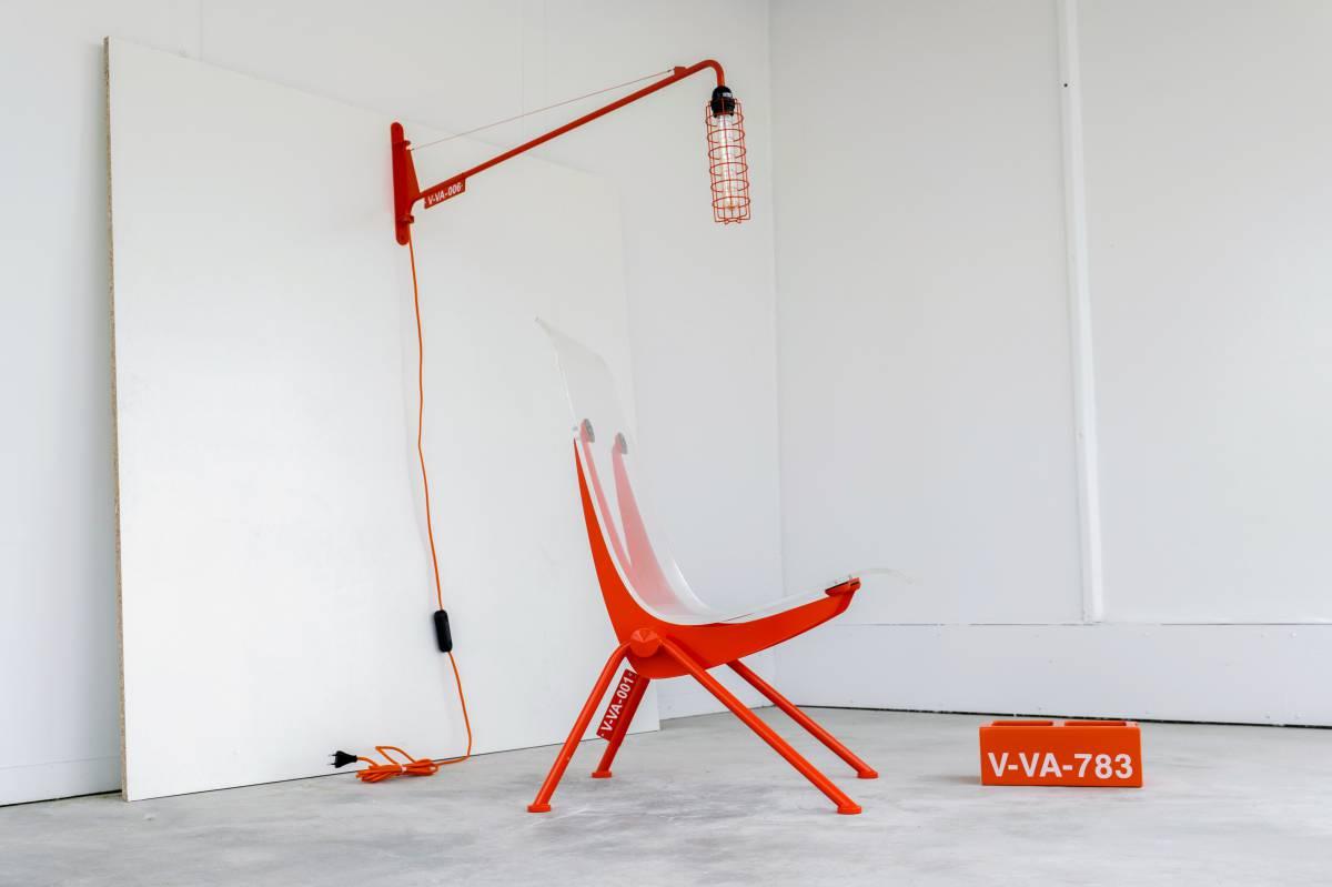 lámpara Petite Potence y la silla Antony de Jean Prouvé, pero en las versiones renovadas de Abloh
