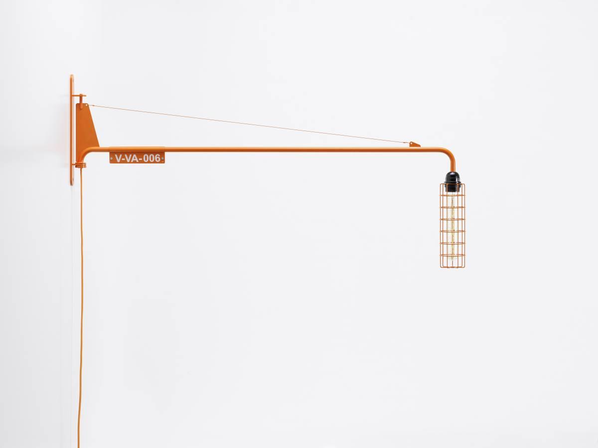 lámpara Petite Potence de Jean Prouvé renovada por Virgil Abloh