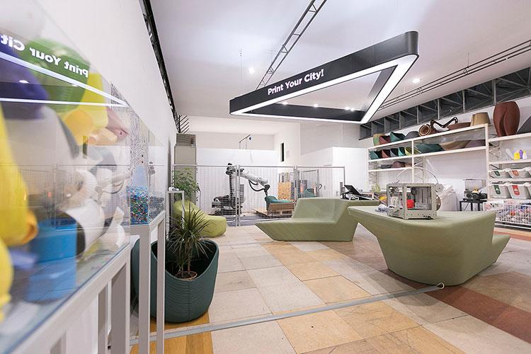 laboratorio de the new raw y brazo robótico para efectuar la impresión 3D