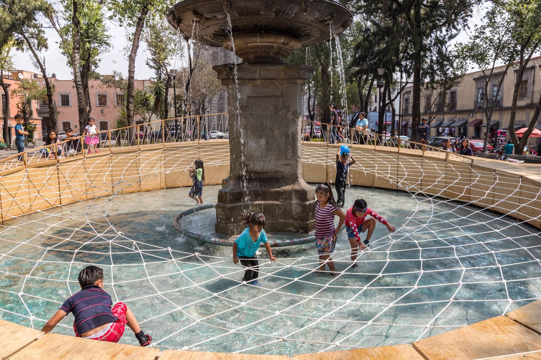 niños jugando en la fuente del proyecto aros