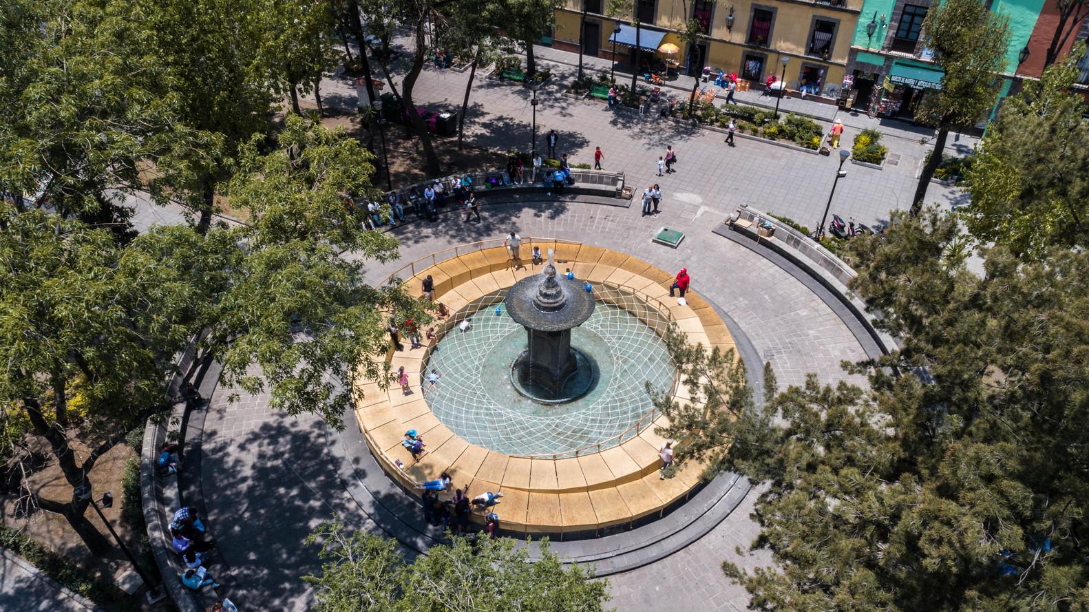 vista de la plaza donde se encuentra la fuente