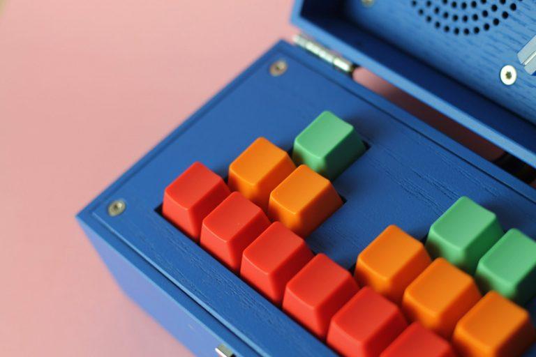 detalle de las teclas en tres tonos distintos recuerdan a las vistosas piezas de Lego.