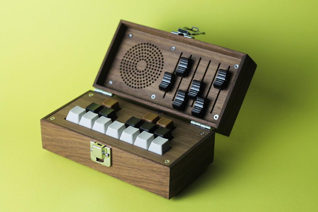 Bivalvia genera sonidos utilizando osciladores, filtros y modulación, entre otras posibilidades